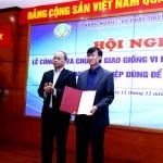 Thứ trưởng Vũ Văn Tám trao Quyế định chuyển giao sản xuất thương mại giống vi rút lở mồm long móng cho doanh nghiệp